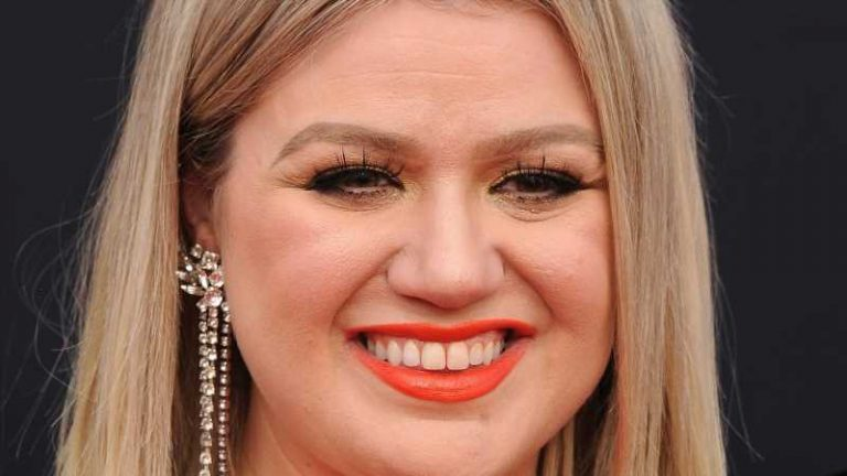 What Does Kelly Clarkson Really Think Of Ariana Grande?